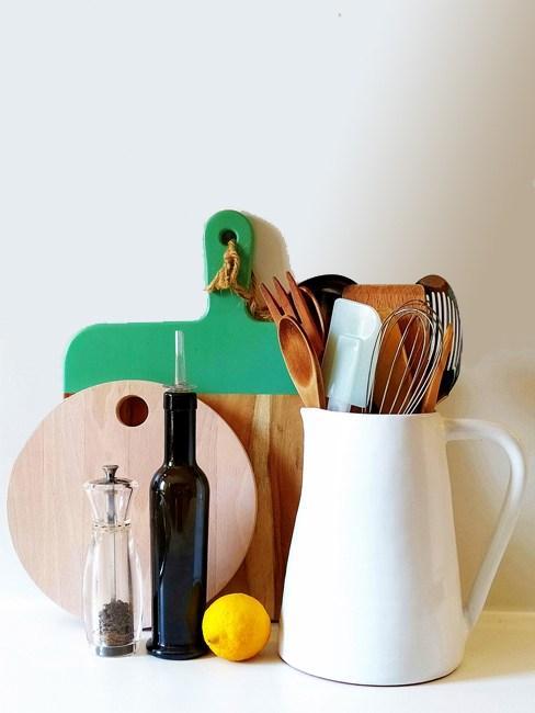 Dettaglio oggetti e utensili da cucina colorati