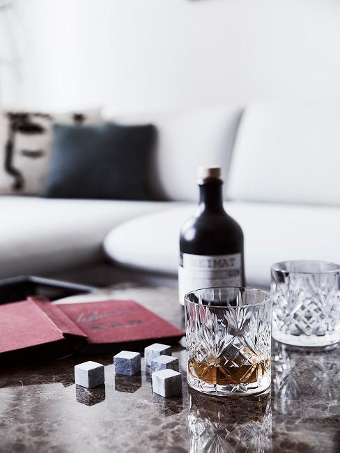 cadeau broer wisky galzen op een marmeren zwarte salontafel voor witte bank