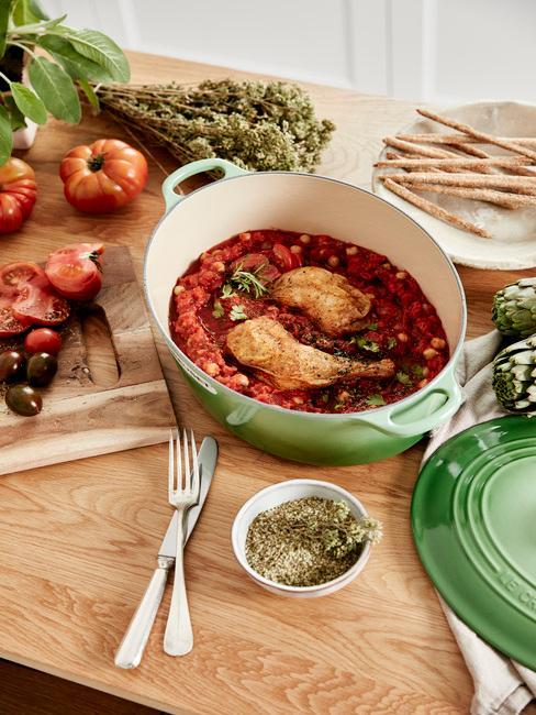 Houten tafel met gerechten van groenten en vlees