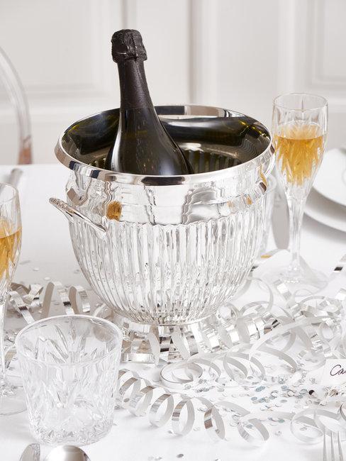Champagnefles in zilveren koeler