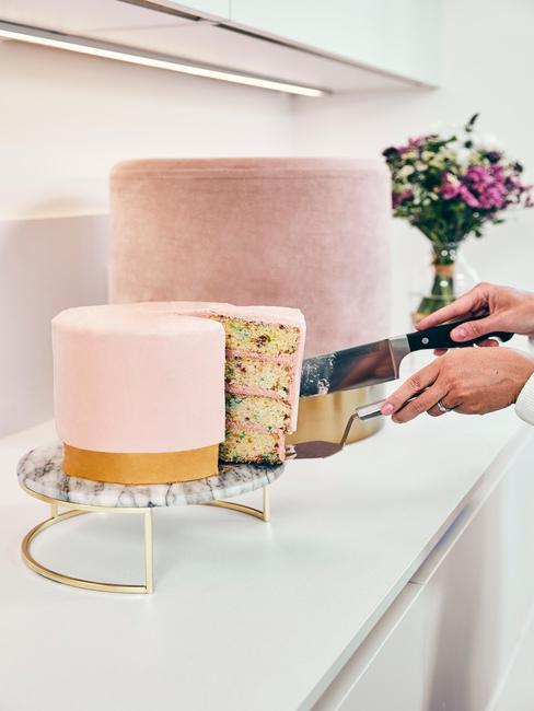 Roze taart aangesneden
