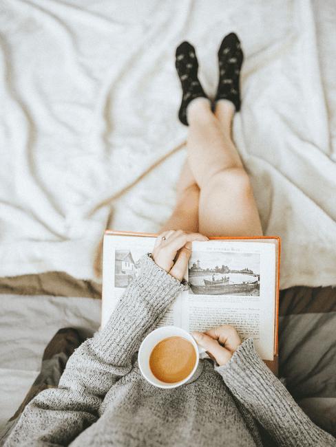 Boek lezen ob bed