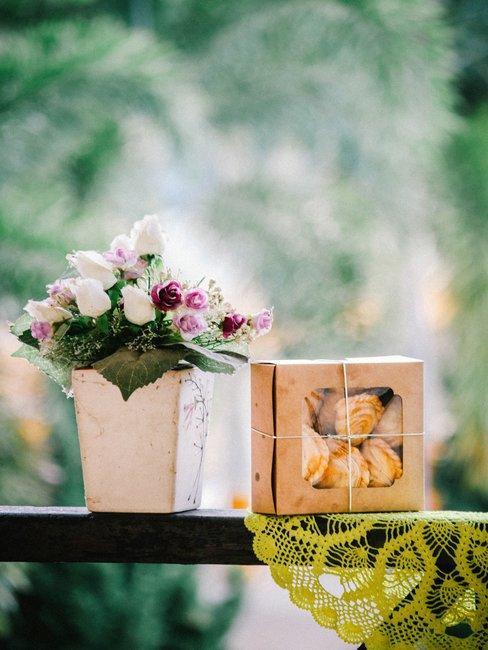 Bloemen en geschenken op de vensterbank