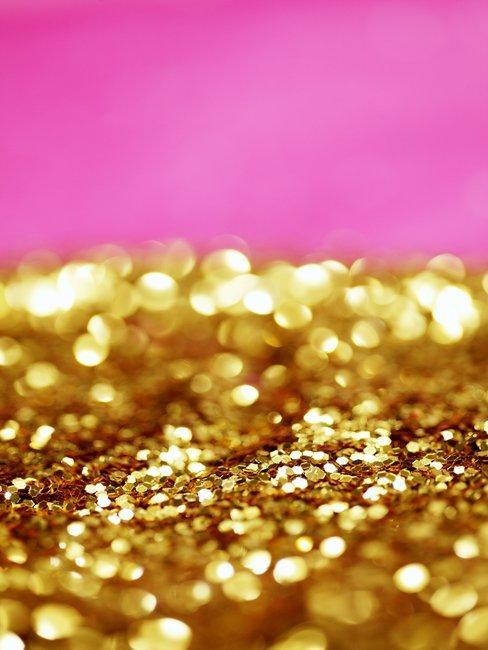 Gouden glitters op roze achtergrond