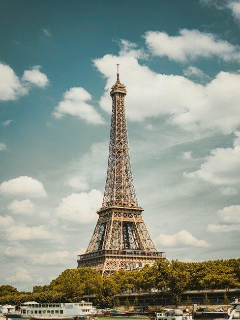 Eifeltoren in parijs met blauwe hemel