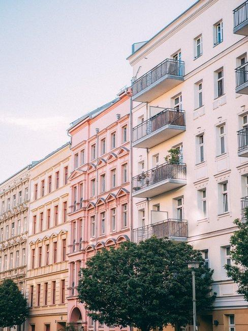 Straat met roze en gele gevels met frans balcon