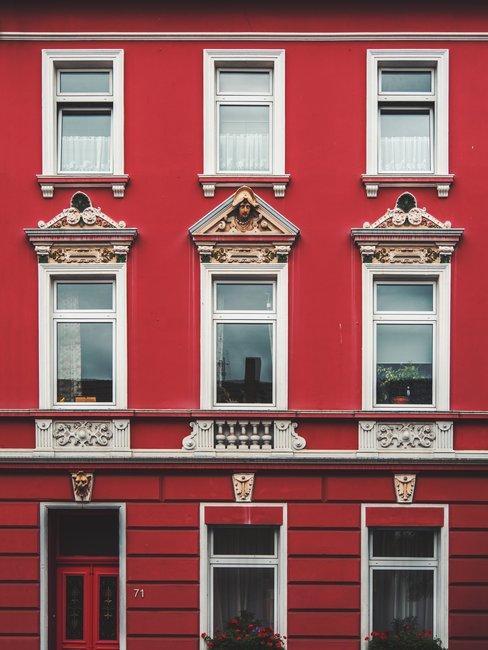 Huis met rode gevel met witte kozijnen in klassieke stijl