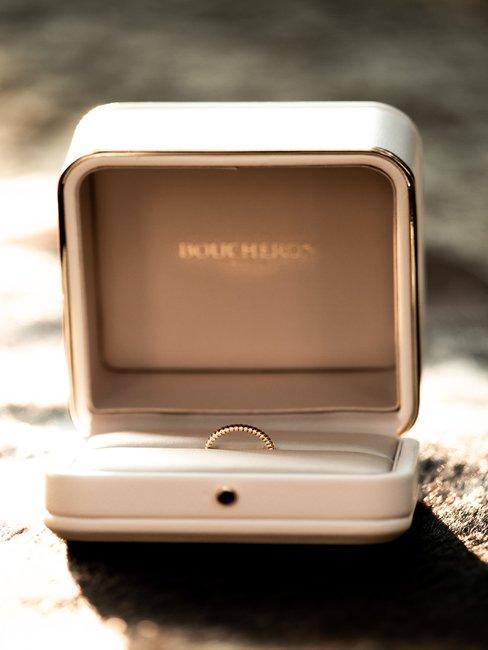 Ring in wit doosje voor een wazige achtergrond