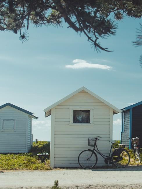 Kleine witte houten huisjes met fiets voor de deur