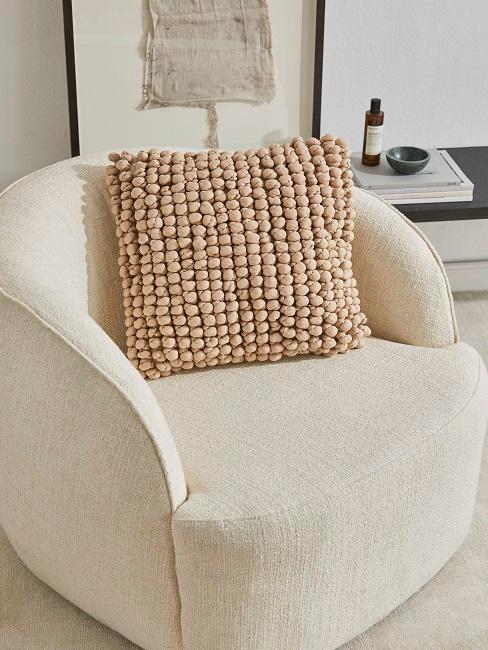 Zandkleurig stoel met kussen