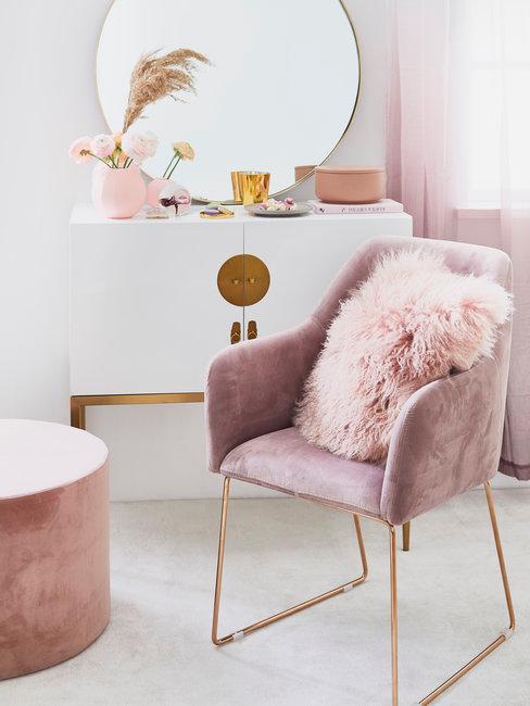Roze stoel en poef met witte make up tafel en ronde spiegel