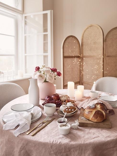 Boho tafelsetting met woonkamer afscheiding zachte roze accessoires met witte tafel en stoelen