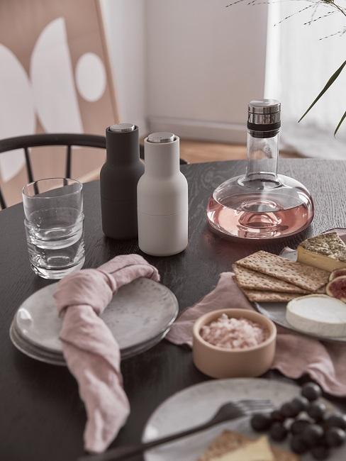 Borreltafel van hout met peper en zout stel