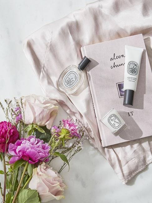 Cadeau schoonzus beauty producten met een bos paarse bloemen