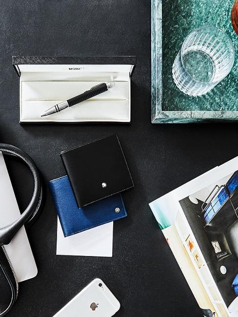 Fijne vaderdag met een handgeschreven briefje op zwaret tafel met leren accessoires