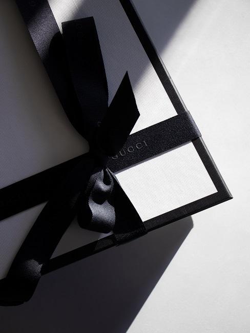 Giftbox wit met zwart lint op witte achtergrond