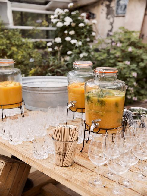 Gedekte tafel met drankdispenser, glazen en bak met ijs voor het vieren van het Diamanten huwelijk