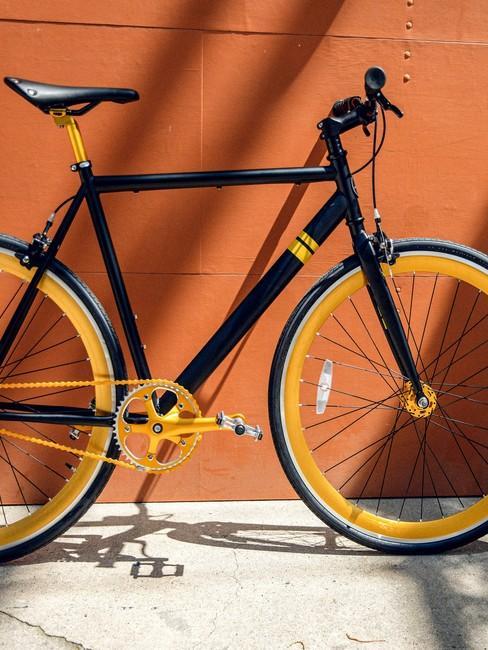 Oranje achtergrond met fiets