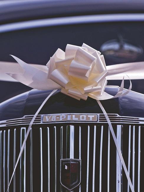 Bruiloft decoratie op de auto