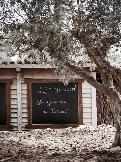 Decoratief Welkomstbord bruiloft naast de boom
