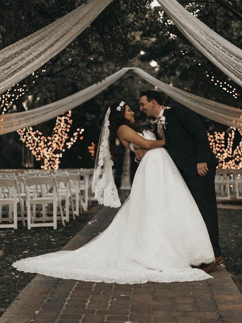 Bruidspaar in een tent met decoratie in boho-stijl