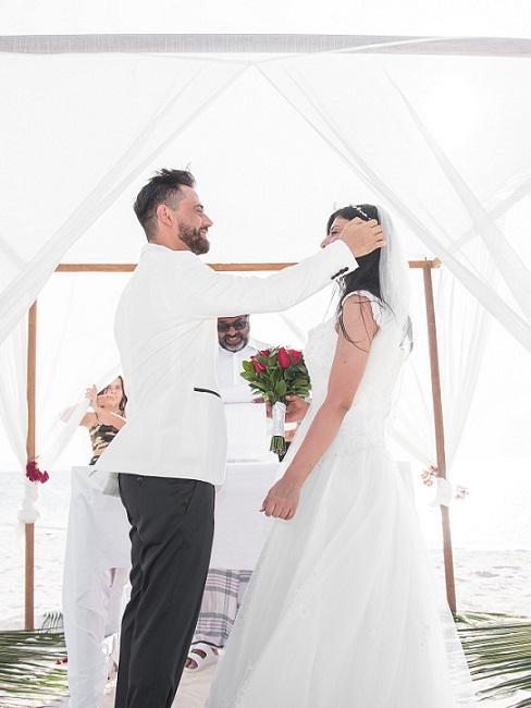Bruidspaar in een tent