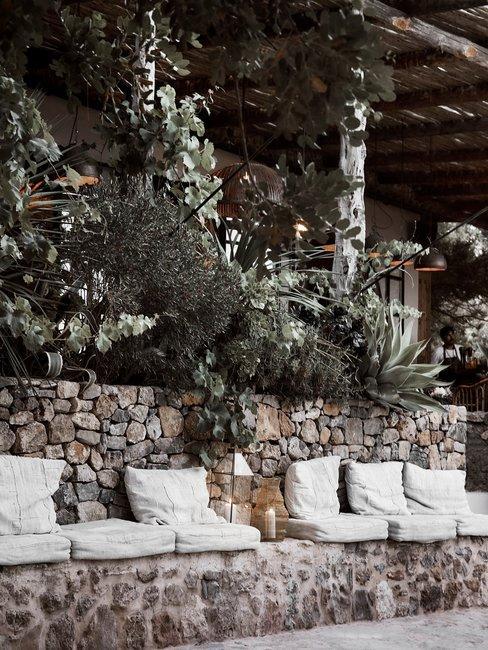 Toscaanse bruiloft header stenen bank met witte kussens