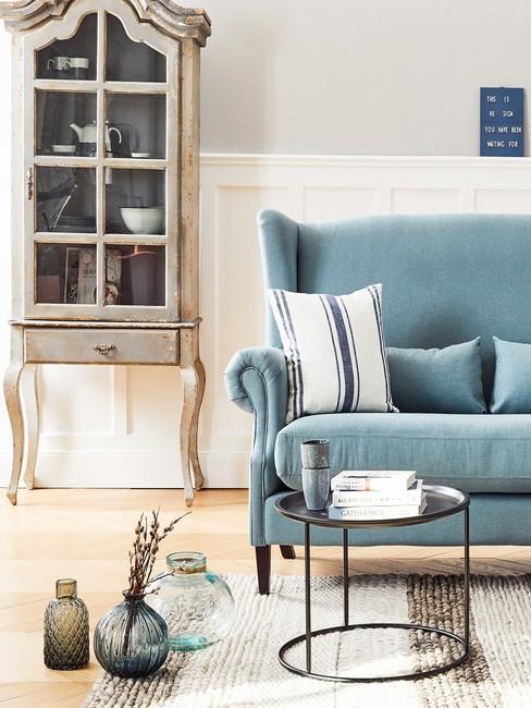 Sofa w błękitnym odcieniu w jasnym salonie