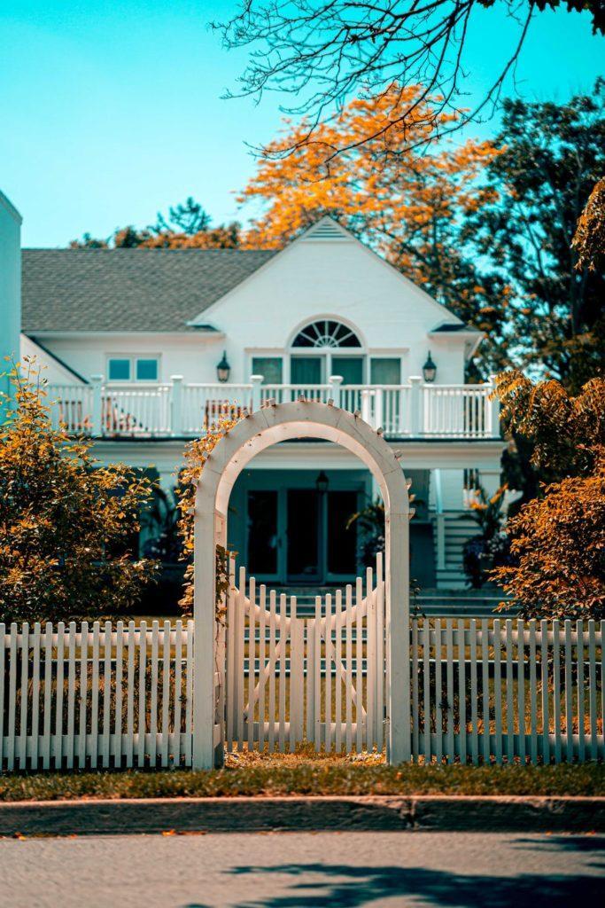 Biały dom w stylu amerykańskim z werandą