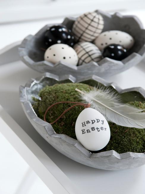 Stroik wielkanocny zrobiony z mchu, jajek oraz piórek