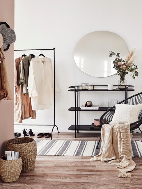 Przedpokój z wieszakiem na ubrania, lustrem i fotelem