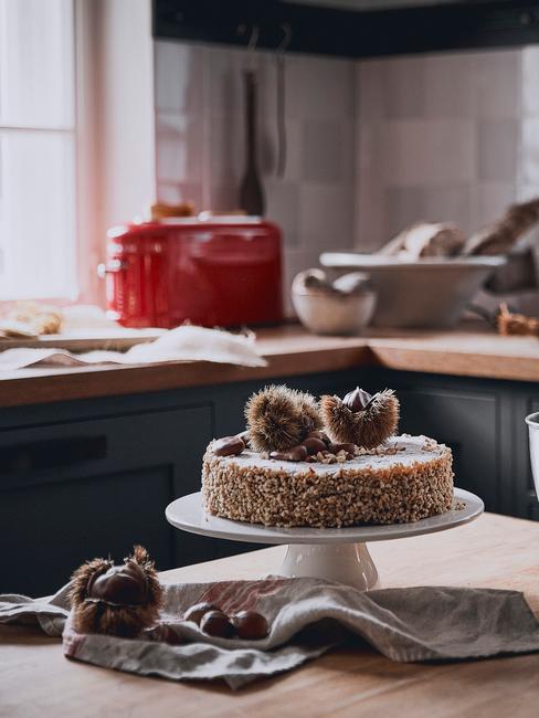Patera z ciastem ustawiona na wyspie kuchennej