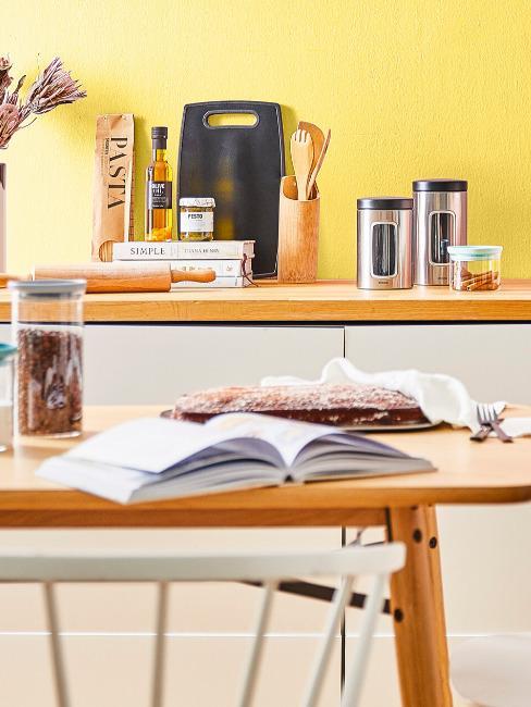 Kuchnia z żółtą ścianą i drewnianymi blatami
