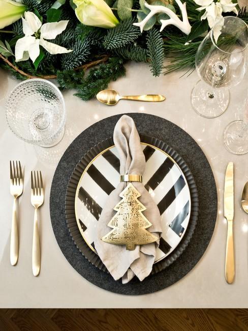 Lniana serwetka ułożona na komplecie talerzy na stole wigilijnym