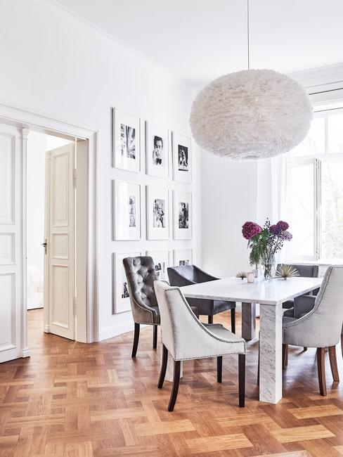 Elegancki salon z galerią czarno-białych zdjęć