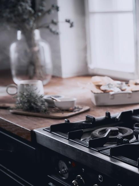 Zbliżenie na kuchenkę i blat w kuchni