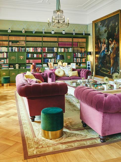 Duży salon w zielonym kolorze z fioletowymi meblami