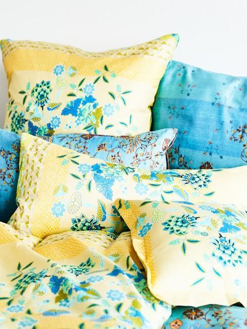Pościel na łóżku w kolorze żółtym oraz turkusowymi poduszkami