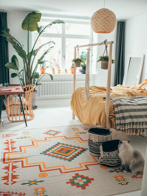 Boho sypialnia Travelicious urządzona w słonecznych barwach