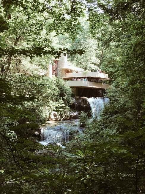 Frank Lloyd Wright i jego dom nad wodospadem