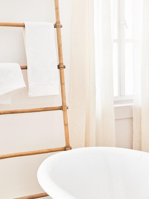 Pomieszczenie w jasnych barwach, zbliżenie na bambusową drabinkę