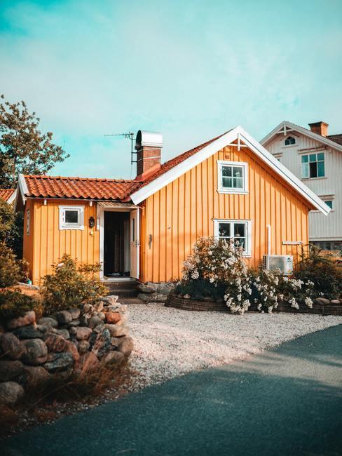 Brzoskwiniowy kolor elewacji domu