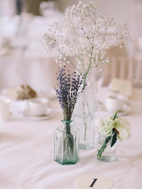 Lekka dekoracja stołu na letnie wesele z lawendą