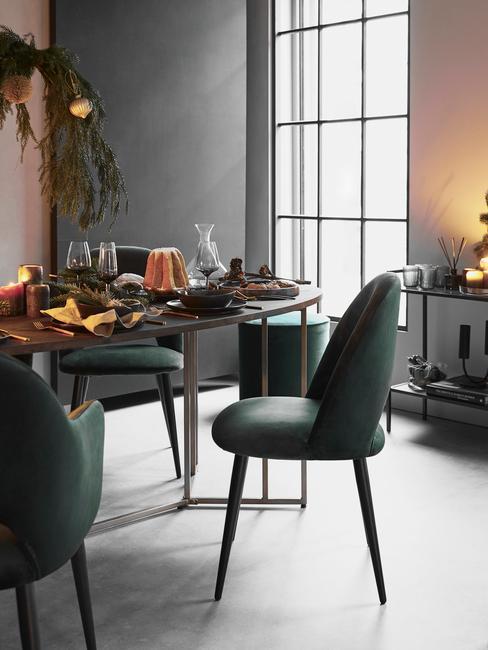 Jadalnia z zeilonymi krzesłami i kolorowymi elementami dekoracyjnymi