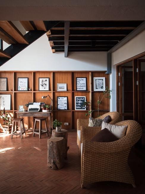 Salon z meblami z wikliny nad którymi znajduje się antresola
