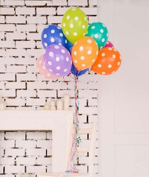 Kolorowe balony wszące nad kominkiem