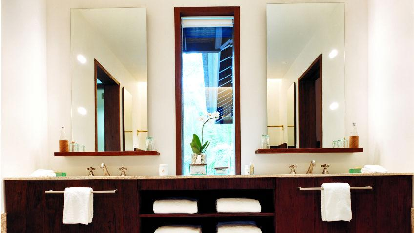 Szafka łazienkowa z lustrem i oświetleniem