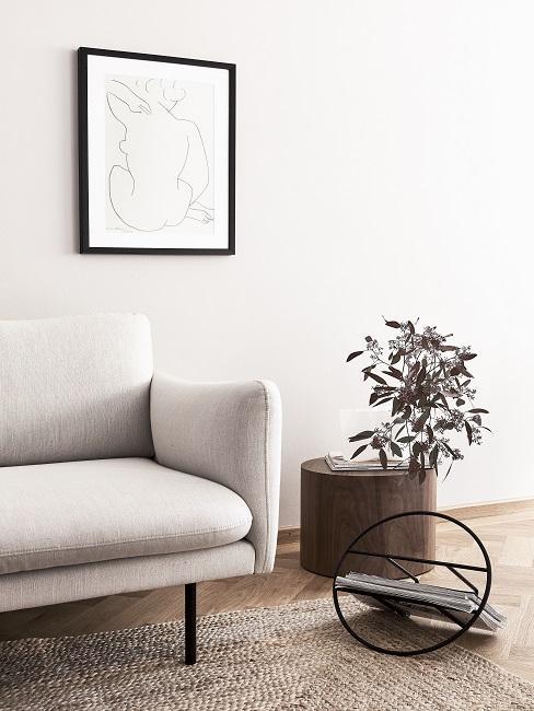 Lagom Wohntrend Wohnzimmer mit weißem Sofa, rundem Holztisch und Juteteppich