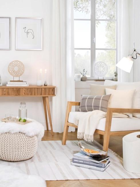 Salotto luminoso con legno chiaro ed elementi bianchi