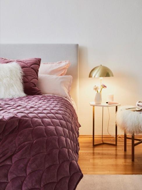 Dormitorio decorado con color berenjena